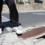 Indemnización reducida en 30.000 euros por una caída en la calle por ir mirando el móvil.