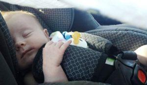 Los peligros de dejar a los niños solos dentro del coche.