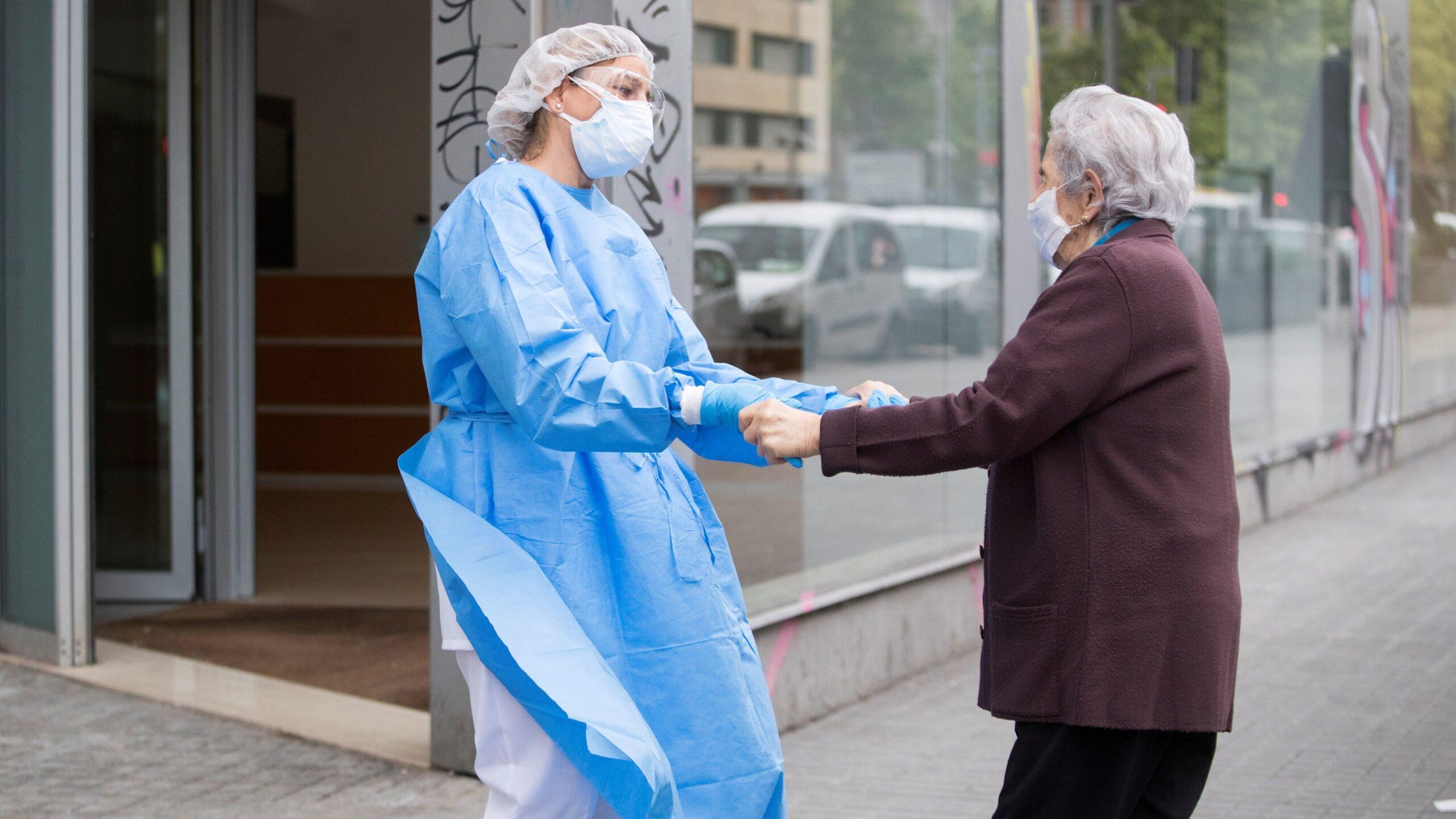 anciano pasea durante pandemia covid