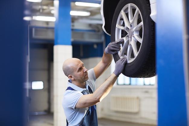Un neumático revienta y hiere a un mecanico.